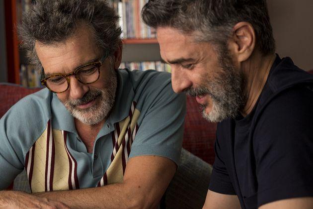 Salvador (Antonio Banderas) se reencontra com um velho conhecido, Federico (Leonardo