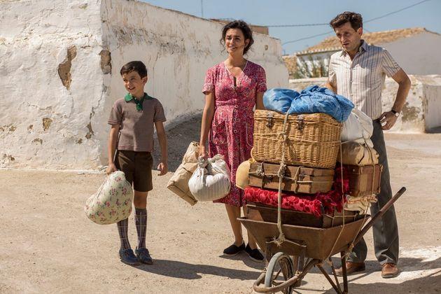 Salvador (Asier Flores) ainda criança, com sua mãe Jacinta (Penélope Cruz) e seu