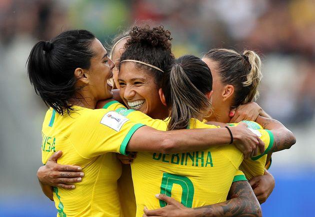 Cristiane celebra ao lado de suas colegas de time -- um de seus três gols na partida contra Jamaica...
