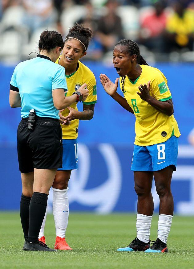 Cristiane e Formiga argumentam com juíza em partida contra a Jamaica na Copa