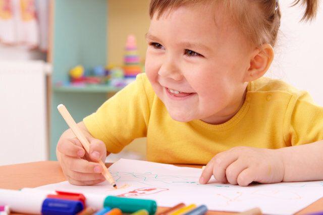 cute little girl draw with felt ...