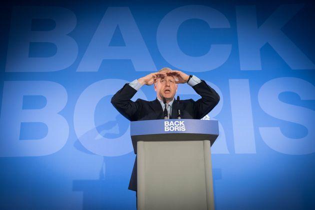 Boris Johnson modera su amenaza de un Brexit sin acuerdo si es primer