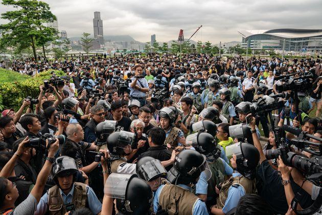 Hong Kong resta sospesa. Dopo gli scontri, il Parlamento blocca i