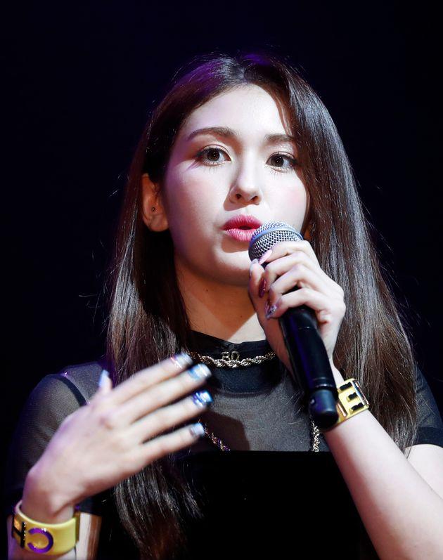 솔로 데뷔한 전소미가 JYP와의 불화설과 YG 논란에 대한 질문에