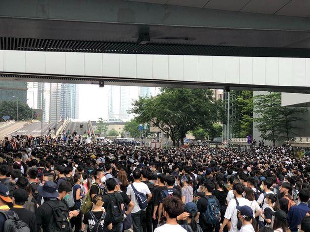 デモに参加する市民(6月13日撮影)