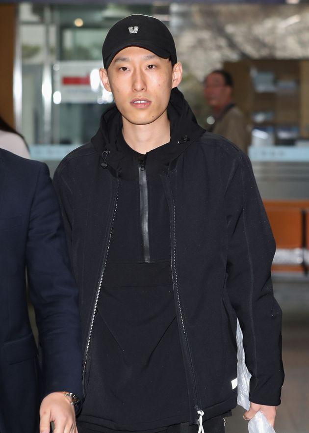 가사를 통해 랩퍼 키디비를 모욕한 혐의를 받고 있는 래퍼 블랙넛(오른쪽)이 15일 오전 서울 서초구 서울중앙지방법원에서 열린 첫 공판에 출석하고 있다. 블랙넛은 '인디고 차일드(Indigo...