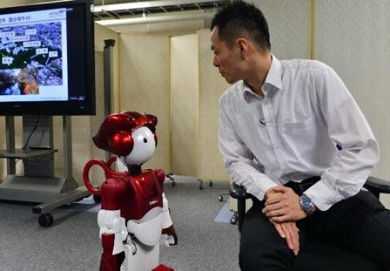 Hitachi's EMIEW2 Robot Can Tell Jokes But Is Pretty