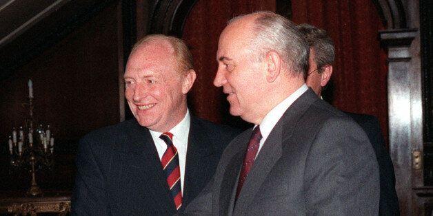 PA NEWS PHOTO 19/7/91 LABOUR LEADER NEIL KINNOCK INTRODUCES SOVIET LEADER MIKHAIL GORBACHEV TO GERARD...