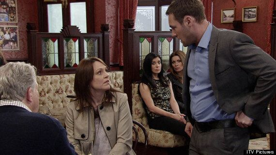 'Coronation Street' Spoiler: Tina McIntyre's Mum Is Greeted By Murderer Rob In Weatherfield