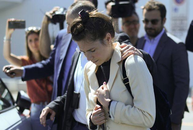 Amanda Knox torna in Italia: all'uscita dell'aeroporto è scortata dalla