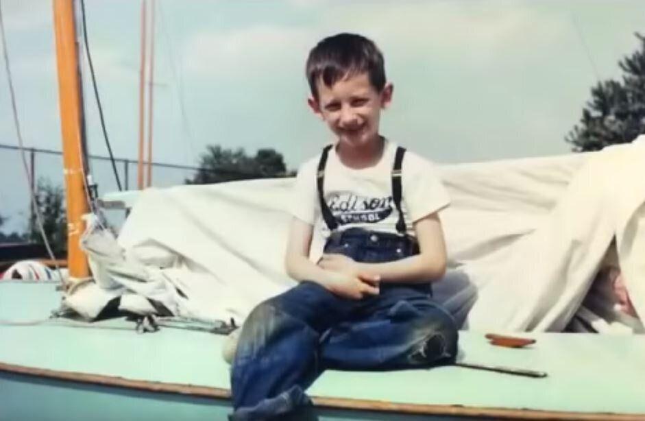 Το μοναχικό αγόρι που έγινε ο παραμυθάς των τριών