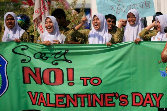 Valentine's Day Celebrations Lead To Alcoholism, Abortion & Fraud, Warns Malaysian Islamic