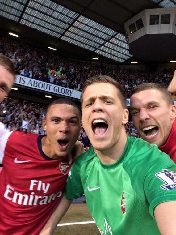 Arsenal Players Take Selfie After Tottenham Win