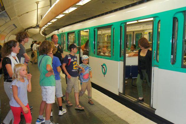 Des enfants prennent le métro