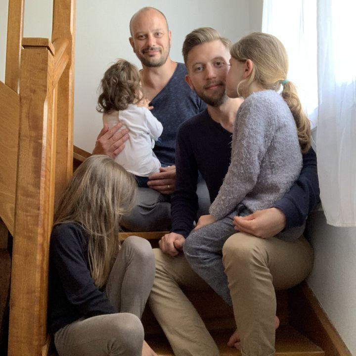 <i>Pierre, son mari et leurs enfants.</i>