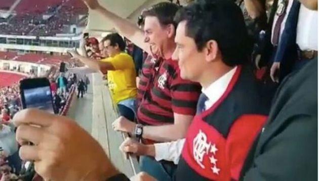 Bolsonaro e Sérgio Moro em partida de futebol no estádio Mané Garrincha, em Brasília,...