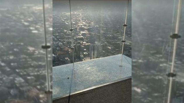 Le plancher de verre de de la Willis Tower s'est fendu sous les pieds des