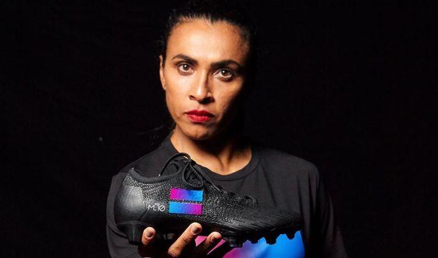 Marta usa chuteira pedindo por igualdade de gênero em sua primeira participação na...