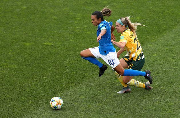 Marta com as chuteiras pedindo igualdade de gênero no jogo entre Brasil e