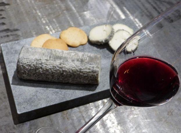Maridaje vino tinto de Chantada con el rulo de cabra de