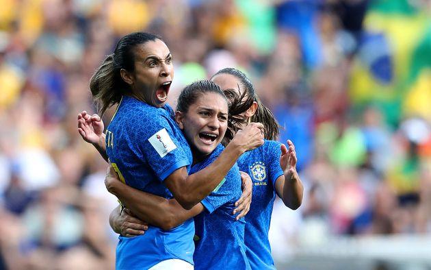 Jogadoras da seleção brasileira comemoram gol em partida contra