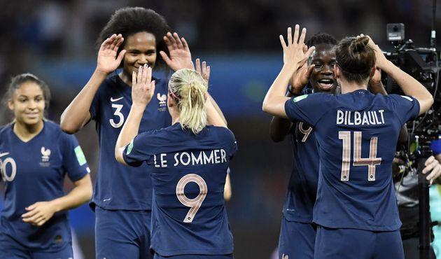 Les Françaises célèbrent leur victoire contre la Norvège le 12 juin à