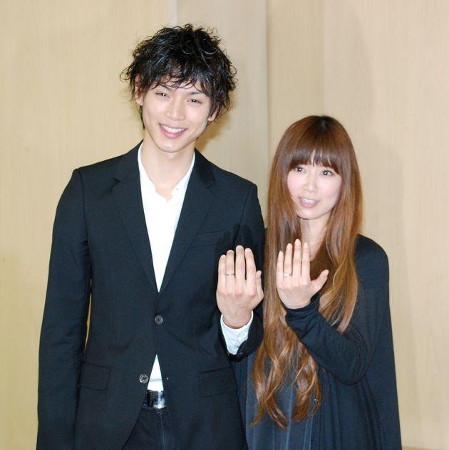 水嶋ヒロさん(左)と絢香さん(右)