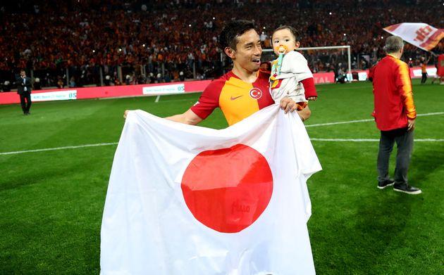 トルコリーグ優勝の喜びを、長友選手は息子と共にピッチで味わった