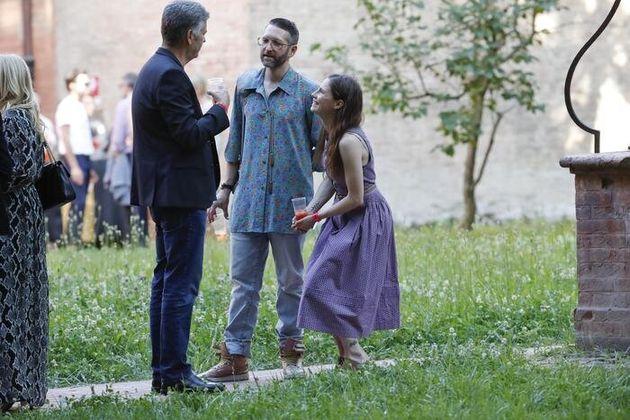 Il ritorno in Italia di Amanda Knox. Sorrisi e spritz con il fidanzato a