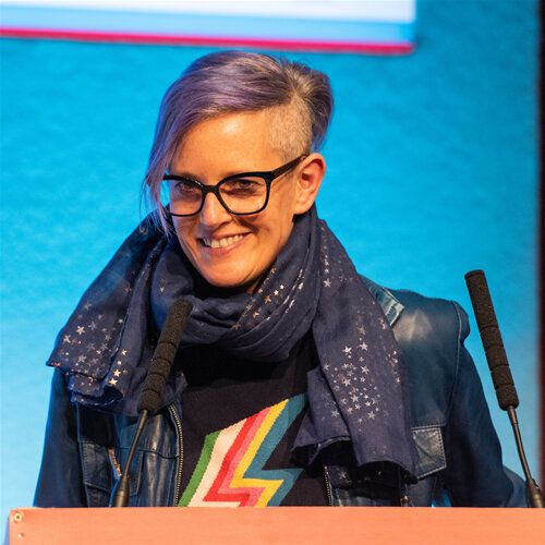 イギリスHIV協会の第25回年次大会でプレゼンするクロエ・オーキン教授