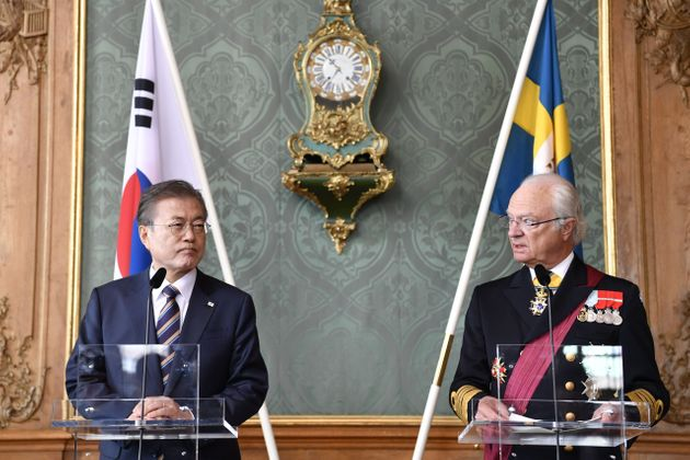 14일(현지시간) 기자회견 중인 문재인 대통령과 스웨덴의 국왕 칼 구스타프