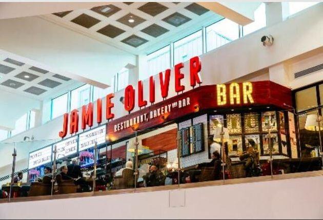 Δεν κλείνουν τα εστιατόρια του Τζέιμι Όλιβερ στο αεροδρόμιο