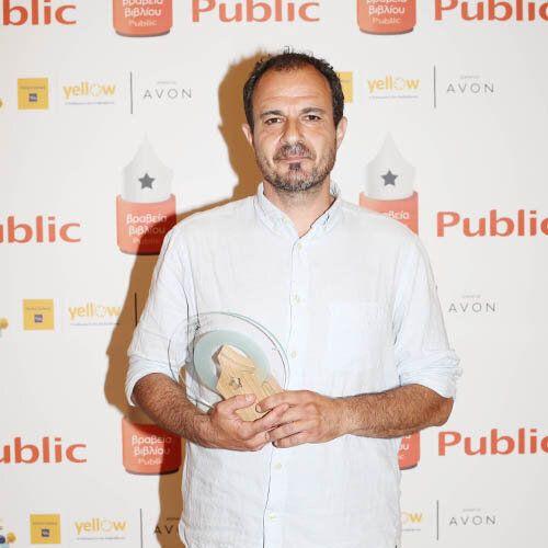 Ο ιδιοκτήτης του βιβλιοπωλείου Little Tree Books & Coffee, Δημήτρης Ανανιάδης, νικητής στην κατηγορία Ανεξάρτητο Βιβλιοπωλείο