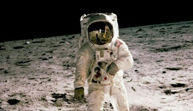 Buzz Aldrin le 20 juillet 1969 sur la Lune, photographié par Neil Armstrong, visible dans le reflet...