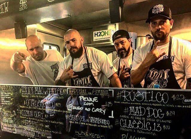 Adolfo (à esq.) e sua equipe no Holly Pasta.