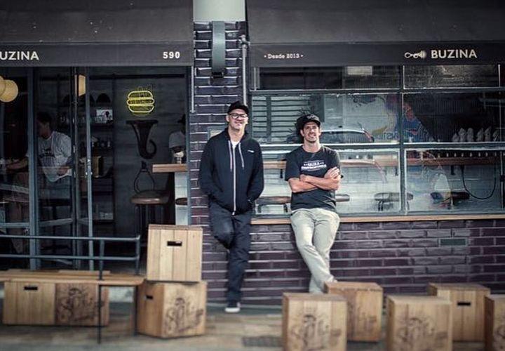 Márcio (esq.) e seu sócio,Jorge Gonzalez, em frente a loja física do Buzina.