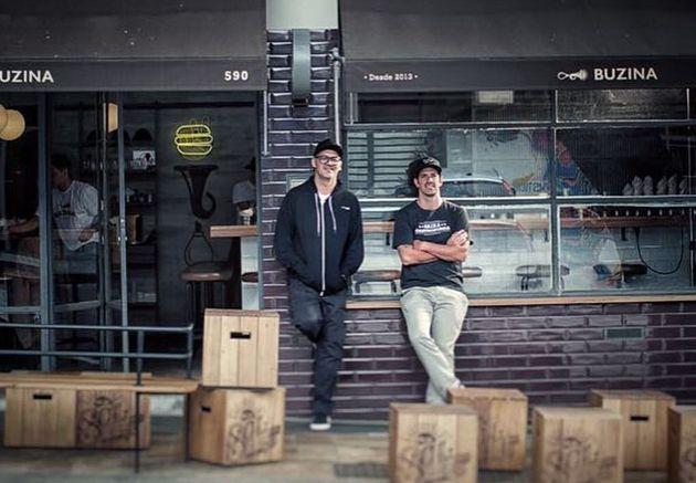 Márcio (esq.) e seu sócio,Jorge Gonzalez, em frente a loja física do
