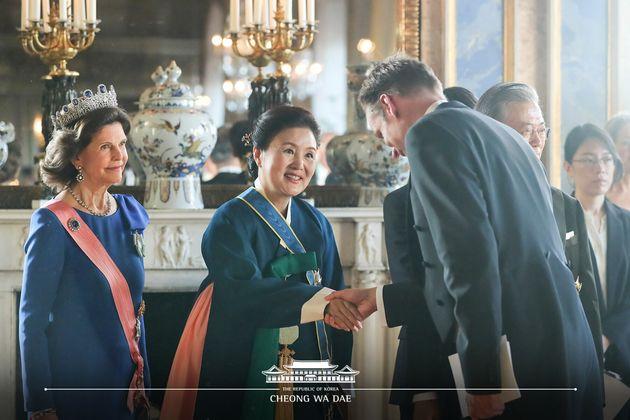 문재인 대통령 부인 김정숙 여사가14일 (현지시간) 스웨덴 스톡홀롬 왕국에서 열린 국빈만찬에서 참석자와 악수를 나누고