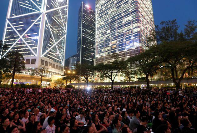 逃亡犯条例改正案に抗議するデモ=6月14日、香港
