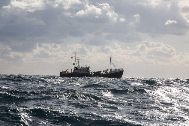 Uno dei naufraghi ha raccontato di essere stato costretto a seppellire
