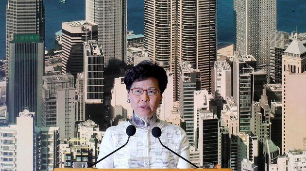 홍콩의 람 장관은 '폭도'란 말을 철회하지