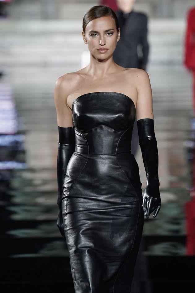 Irina Shayk sfila per Pitti Uomo dopo la rottura con Bradley. Ed è più sexy che