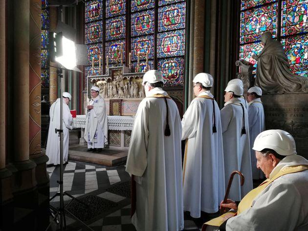 O Arcebispo de Paris Michel Aupetit lidera a primeira missa em uma capela lateral, dois meses depois...