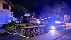 Σοβιετικό τανκ περιφέρεται μέσα στη νύχτα σε κεντρικό δρόμο της Πολωνίας τρομοκρατώντας τους