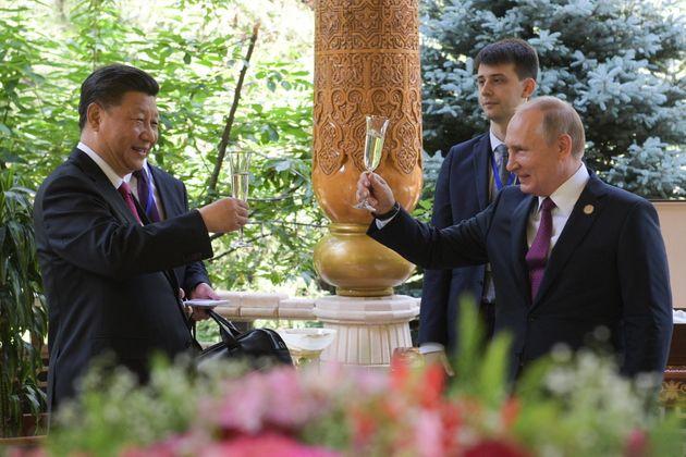 푸틴이 시진핑을 직접 찾아 생일을 축하하며 관계를