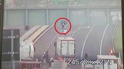 Tenta il suicidio dal cavalcavia, un camionista lo convince a scendere: