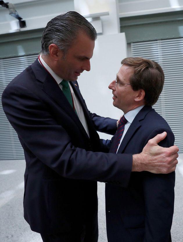 Bromas y memes con esta foto de Ortega Smith (Vox) y el nuevo alcalde de