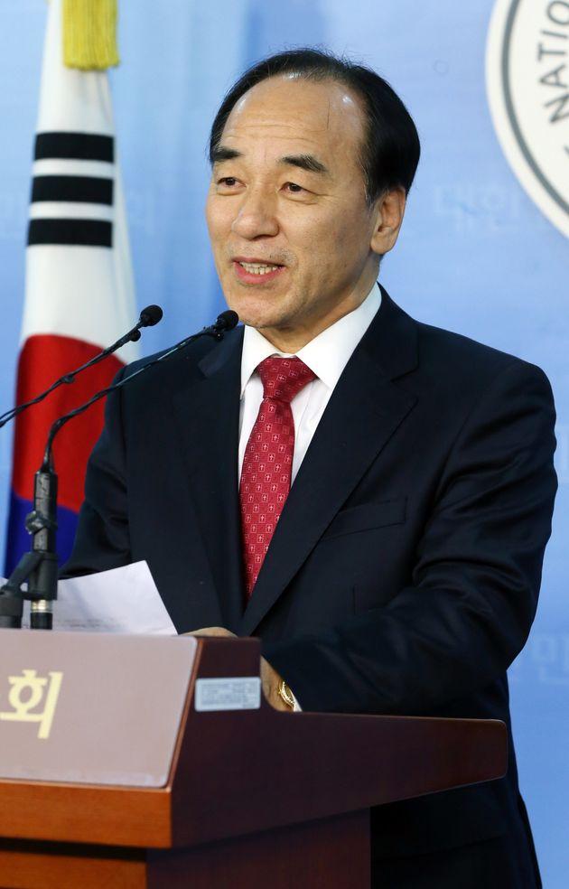김충환 전 한나라당 의원이 명성교회 세습반대 시위대에 낫을 휘둘렀다