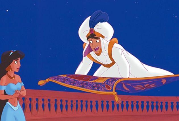 1992年に公開されたアニメ版『アラジン』。魔法の絨毯に乗って、アラジンがジャスミンを夜空の旅へと誘いシーン。ここから、物語のハイライトを迎える。