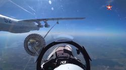 Il jet fa rifornimento in volo: la precisione è